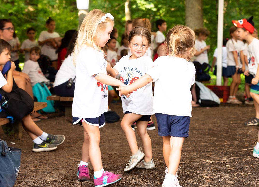 Children playing ring around the rosie